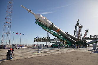 Soyuz MS-04 erection