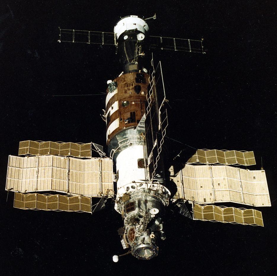 File:Salyut 7 from Soyuz T-13.jpg - Wikipedia